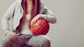 举行篮球的敞篷的运动的青少年的女孩 免版税库存图片