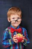 举行红色的混杂的姜小学年龄男孩 免版税图库摄影
