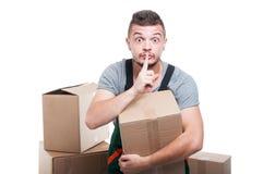 举行纸板做箱子沈默姿态的搬家工人人 免版税库存图片
