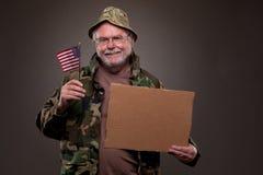 举行纸板片断和美国fla的愉快的越南退伍军人 免版税库存图片
