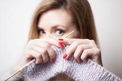 举行编织在手上的美丽的微笑的妇女 被弄脏的背景 库存照片