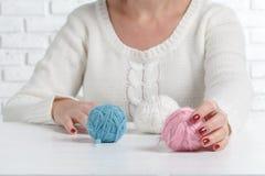 举行缝,毛线,螺纹接近的女性手 手工制造和手工的材料 图库摄影