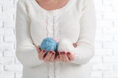 举行缝,毛线,螺纹接近的女性手 手工制造和手工的材料 免版税图库摄影