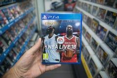 举行美国职篮的人在商店居住18在索尼Playstation 4控制台的计算机游戏 免版税图库摄影