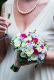 举行美好的白色婚礼的新娘开花花束 库存图片