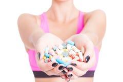 举行药片或补充的妇女特写镜头 库存图片
