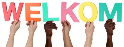 举行荷兰词韦尔科姆welco的多种族人 库存图片