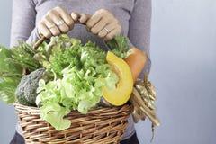 举行菜篮子、圣诞节或者新年g的妇女的手 免版税库存照片