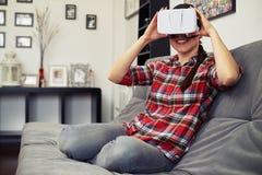 举行虚拟现实耳机玻璃和微笑的妇女 免版税库存照片