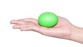 举行蛋复活节天的手 免版税库存图片