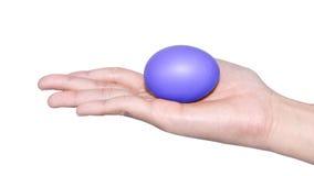举行蛋复活节天的手 库存照片
