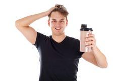举行蛋白质震动的年轻人 免版税库存图片