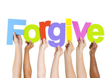举行词的不同种族的手原谅 免版税库存图片