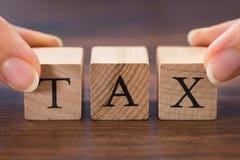 举行词税的人手 库存图片