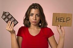 举行请求帮助resis的年轻美丽的甜上瘾者妇女 库存照片