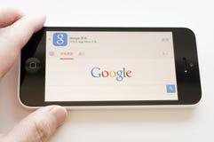 举行谷歌搜索引擎的iphone 图库摄影