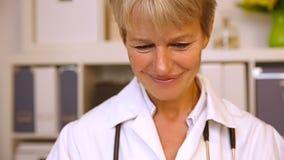 举行赞许的女性医生 股票视频