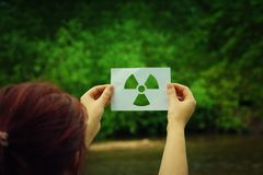 举行辐射标志 库存照片