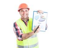 举行进展报告的快乐的建造者 免版税库存照片
