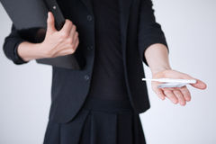 举行避孕套和妊娠试验的女商人 免版税图库摄影