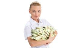 举行金钱和微笑的年轻女实业家 库存图片