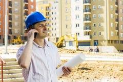 举行项目的建筑经理 免版税库存图片