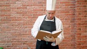 举行食谱的厨师厨师预定认为怎样烹调 股票录像