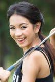 举行高尔夫球的亚裔妇女 库存照片