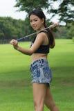举行高尔夫球的亚裔妇女 库存图片