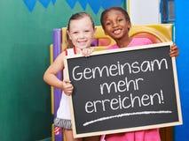 举行黑板说的孩子 库存图片