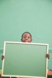 举行balckboard的小男孩 图库摄影
