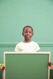 举行balckboard的小男孩 免版税库存图片