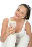 举行Iced冰水机智的玻璃健康可爱的少妇 库存照片
