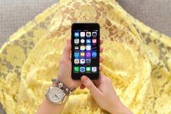 举行iPhone 7与IOS 10的妇女手乌黑 图库摄影