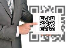 举行QR代码的商人 免版税库存照片