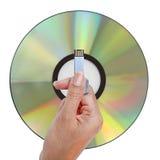 举行USB数据存储的手 免版税库存图片