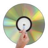 举行USB数据的手 免版税库存图片