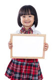 举行whiteboard的愉快的亚裔中国矮小的学生女孩 免版税图库摄影
