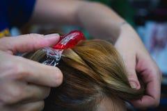举起一根` s头发在美容院 免版税库存图片