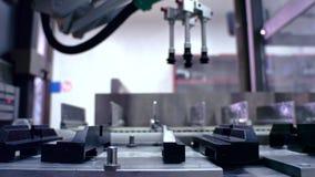 举起工厂设备运输的皮带输送机 倒空自动化的生产线 工厂制造业 影视素材