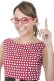 举起手指的妇女佩带的红色被构筑的玻璃 免版税库存照片