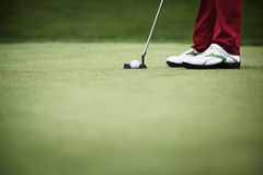 举起接近的高尔夫球运动员 图库摄影