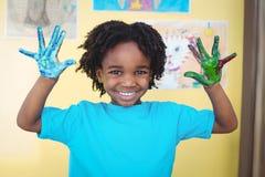 举起他的手的微笑的孩子 图库摄影