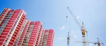 举起monoli的大厦起重机 免版税图库摄影