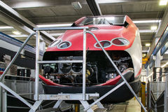 举维护的一个机车在车间大修 免版税库存照片