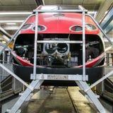 举维护的一个机车在车间大修 图库摄影