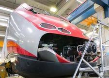 举维护的一个机车在车间大修 免版税图库摄影
