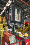 举维护的一个铁货车在车间主修repa 免版税库存照片