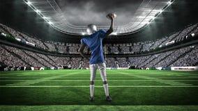 举他的胳膊的美国橄榄球运动员 股票视频
