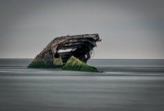 什么保持在开普梅岸的一艘凹下去的具体船  库存图片